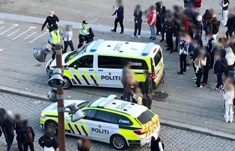 Rundt 10 personer er pågrepet etter at ungdommer skapte bråk i Fredrikstad sentrum mandag kveld.