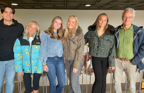 SPENTE FØR VALGET: 18-åringene Frans Soriano, Madeleine Emilie Neerland Hovtun, Nora Voldberg, Oline Forberg og Madeleine Cecilie Semmelmann ved Oslo Handelsgymnasium fikk mandag besøk av MDG-politiker Rasmus Hansson.