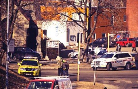 Politiet har satt opp sperringer rundt bygningen der gjenstanden ble funnet.