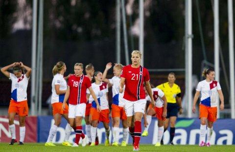 TAP: Ada Hegerberg ser skuffet ut etter at Nederland scoret sitt første mål under den siste VM-kvalifiseringskampen i fotball for kvinner mellom Norge og Nederland på Nadderud stadion onsdag kveld. Kampen endte 0-2, men fotballjentene var allerede klare for VM i Canada etter ni strake seirer.