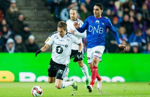 INGEN LØSNING: Vålerenga-spiss Mohammed Abdellaoue er skadd og ute på ubestemt tid. Her i duell med Rosenborgs Anders Konradsen i starten av april.