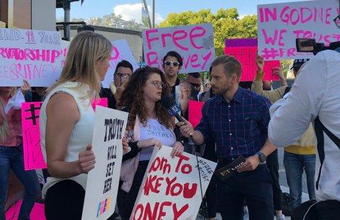 PROTESTER: Flere fans har nå tatt til gatene med plakater og bannere for å kjempe for Britney. De mener hun er under verge-ordningen mot sin egen vilje, og at hun nå er frisk nok til å ta sine egne valg. Dette bildet er tatt dagen før hun slapp ut av psykiatrisk avdeling.