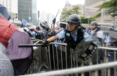 Demonstranter og politi i sammenstøt i Hongkong onsdag.