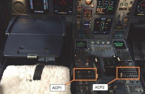 Kaffen ble sølt på flykapteinens audio-kontrollpanel (ACP1). Både flykapteinens og andreflygerens ACP-er ble rammet av funksjonsfeil grunnet kaffesølet.