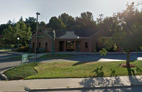 FØRSTE DATE: Kvinne fikk seg sitt livs dating-sjokk utenfor denne banken. Foto: Google Maps