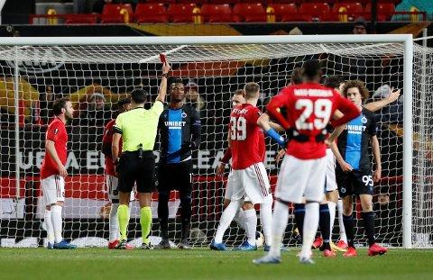 NESTEN UVIRKELIGE SCENER: Club Brugge-midtstopper Simon Deli ble vist rett av banen etter en åpenbar viljehands som stoppet et Manchester United-skudd mot mål. Det tok likevel langt tid før United fikk ta straffesparket sitt.