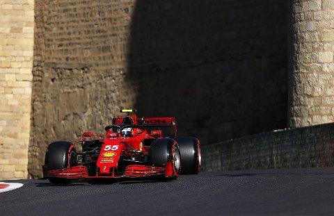 Carlos Sainz i Ferrari. Ferrari har fått opp farten, men uhell har ødelagt en del. Kan det endelig løse seg nå?