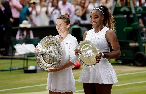 Simona Halep, til venstre, med trofeet for to år siden i Wimbledon. I år blir hun ikke å se på grunn av skade. Til høyre Serena Williams som tapte finalen mot Halep. Foto: Tim Ireland / AP / NTB