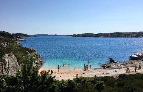 Stranda på bildet ligger rett utenfor Panorama Hotel & Resort ved Sotra.