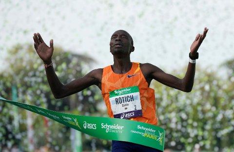 Kenyanske Elisha Rotich satte løyperekord i Paris maraton søndag. Foto: Christophe Ena / AP / NTB