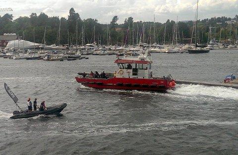 RYKKER UT: En båt fra Oslo brann- og redningsetat med dykkere ombord, på vei til Paradisbukta på Bygdøy tidligere i sommer etter melding om at en kajakk hadde kantret og to personer lå i vannet.