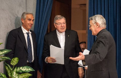 JEG FANT JEG FANT: George Pell (i midten) forteller at hundrevis av millioner euro er funnet på ulike konti i Vatikanet. Bildet er tatt i juli da Vatikanet holdt en pressekonferanse om den nye økonomistyringen i Vatikanet.