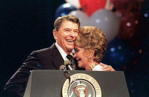 Ronald Reagan og hans kone Nancy i 1988. Den tidligere presidenten døde i juni 2004, 93 år gammel.