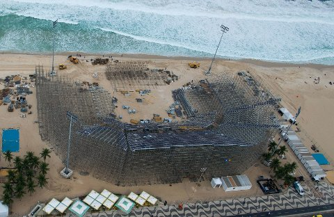IKKE BARE EN STRANDPERLE: Byggingen av OLs sandvoleyballarena på Copacabana i Rio de Janeiro startet for et par uker siden. Uhyggelige funn ble gjort i strandkanten onsdag.
