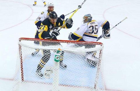 KJEMPET UT AV STILEN: Pekka Rinne (nummer 35) har slitt i Nashville Predators-buret i finalekapene mot Jevgenij Malkin og Pittsburgh Penguins.