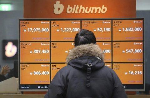 En mann studerer prisene på bitcoin og annen kryptovaluta utenfor et vekslingskontor i Seoul.