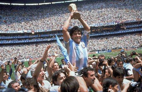 VANT VM I 1986: Diego Maradona hever trofeet.
