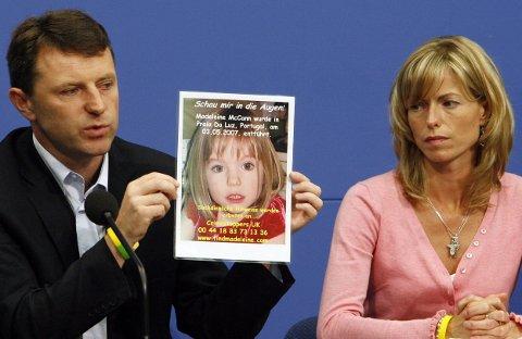 Foreldrene Kate og Gerry McCann avbildet under en pressekonferanse i Berlin måneden etter at Madeleine forsvant. Foreldrene har drevet en aktiv, verdensomspennende kampanje for å skape fokus rundt forsvinningssaken.