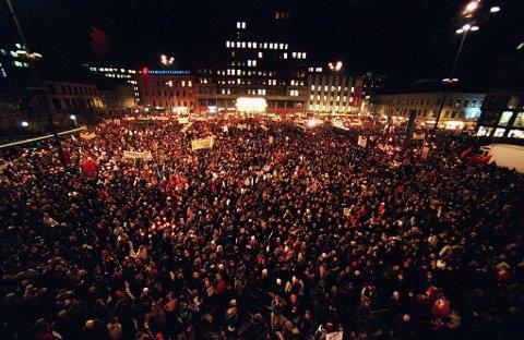 20 ÅR SIDEN: Over 40.000 nordmenn gikk i fakkeltog for å uttrykke avstand og avsky mot rasisme i etterkant av drapet i 2001. På dagen 20 år arrangeres det digitalt fakkeltog til minne om Benjamin Hermansen.