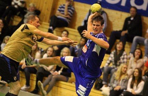 Fikk det tøft: Johannes Hippe og BSK/NIF hadde trøbbel med 39-åringen Thomas Håkonsen & Co. i Stabæk.