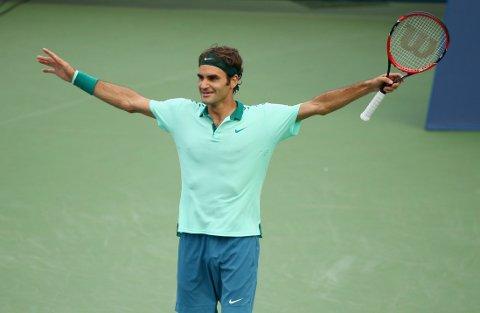 VANT: Roger Federer strekker armene i været.