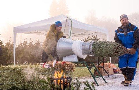 MARKED: Harald Dahlstrøm, i blå kjeledress, en av primus motorene til Lyns julemarked, her med Tor Bækkelund. Foto: Lars Opstad