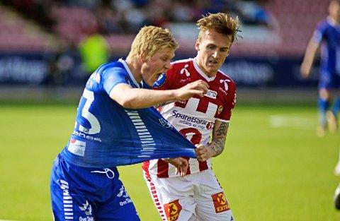 TREKKES TIL DRAMMEN: Jakob Glesnes (til venstre), her i duell med Tromsøs Runar Espejord, melder overgang fra Sarpsborg 08 til Strømsgodset.