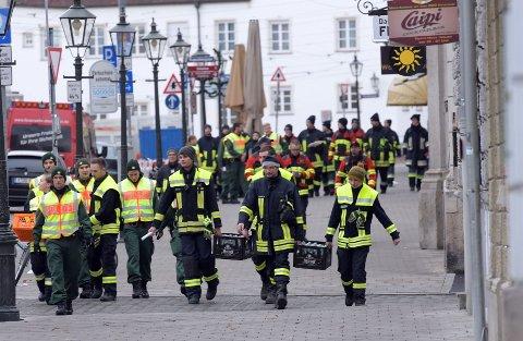 NØYE PLANLAGT: Politi og redningspersonell har deltatt i evakueringen for å sikre at ingen blir værende i omrdedt.