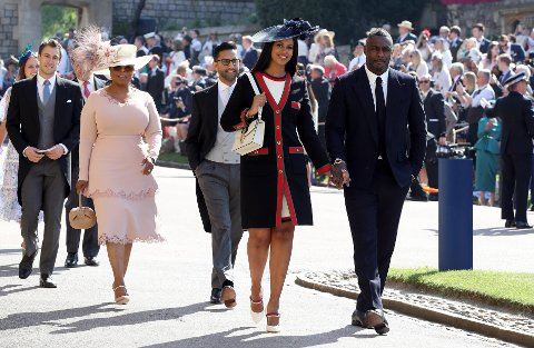 ELBA: Idris Elba og dama Sabrina Dhowre (i forgrunnen) under bryllupet til Meghan Markle og Prince Harry.