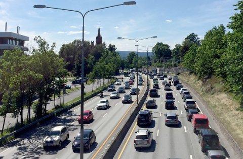 SPÅR MER BILKJØRING: Store planlagte veiutbygginger, tvil om kollektivprosjekter og en aldrende befolkning vil gi kraftig økning av bilkjøring i Norge, mener forskere. Illustrasjonsfoto: Ferieutfart med tett trafikk i begge retninger på E18 ved Høvik I Bærum.
