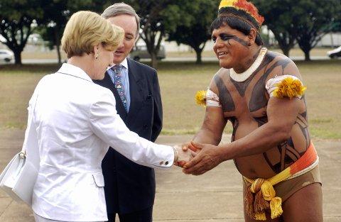Urfolkslederen Aritana Yawalapity møtte i 2003 dronning Sonja under kongeparets besøk i Brasil. Foto: Heiko Junge / NTB scanpix