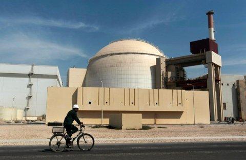 En arbeider sykler forbi atomkraftverket i Bushehr på et bilde fra 2010. Foto: Nyhetsbyrået Mehr / AP / NTB