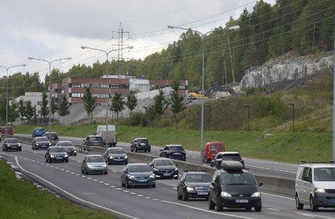 VIL LAGE NY VEI: Utbyggerne av industriområdet inntil E6 ved Abildsø vil lage ny inn- og utkjøring sørover mot bommen i Skullerudbakken og Skulleruddumpa. Foto: Nina Schyberg Olsen