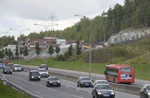 BYGGES UT: Lokalpolitikerne mener næringsområdet langs E6 ved Abildsø bør få adkomst fra Skullerudbakken, men Statens Vegvesen er uenig. Foto: Nina Schyberg Olsen