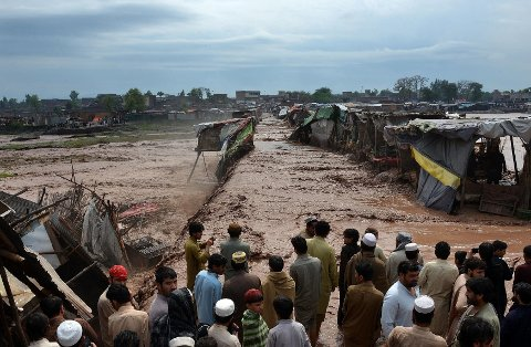 MARKED TATT AV FLOM: Butikkeiere og innbyggere måtte maktesløse se vannet ødelegge et marked i utkanten av Peshawar søndag.