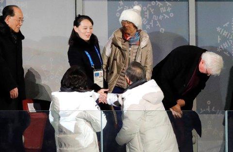 Sør-Koreas president Moon Jae-in håndhilser på Kim Yo-jong, søsteren til Nord-Koreas leder, under åpningsseremonien for OL i Pyeongchang.