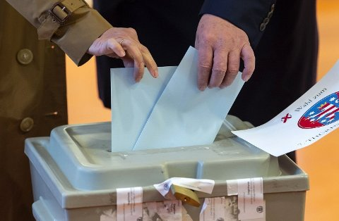 Bodo Ramelow, regjeringssjef i den tyske delstaten Thüringen, avlegger stemme sammen med sin kone i Erfurt søndag. Ramelows parti Die Linke er klart størst, men ytre-høyrepartiet AfD går kraftig fram og etablerer seg som nest største parti.