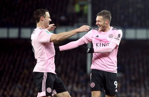 Leicester City's Jonny Evans (t.v.) jubler sammen med Jamie Vardy etter å ha scoret mot Everton i ligacupen på Goodison Park. Vi tror de kan få mer å feire tirsdag kveld.