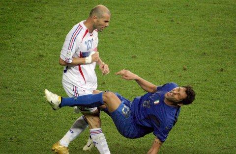 Da Zinedine Zidane scoret på et av historiens frekkeste straffespark var det linet opp for en avskjed av de sjeldne for en av tidenes fotballspillere. Men for Zidane endte finalen i skam og Italia sikret seg sitt fjerde VM-gull. / AFP PHOTO / John MACDOUGALL