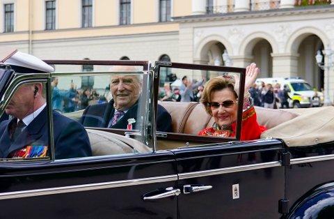 Kong Harald og dronning Sonja på 17. mai i fjor, som ble en ganske annerledes feiring av nasjonaldagen. Foto: Lise Åserud / NTB