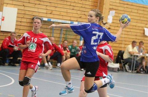 6. divisjon neste?: Julie Kvale og Oppsals håndballdamer må starte i 6. divisjon hvis klubben går konkurs.