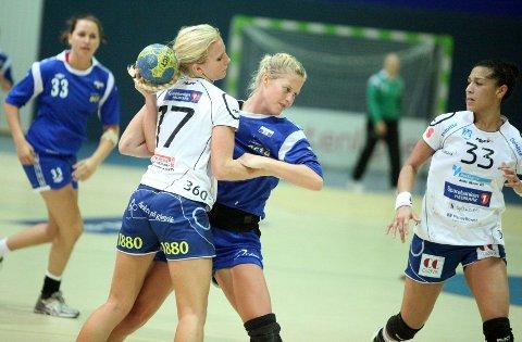 Stopp: Ane Mogstad og Njård ble effektivt stoppet av Lise Agnete Prytz Moe og Gjøvik. Til høyre Gjøviks brasilianer Jaqueline Anastacio.