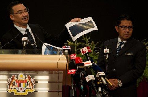 KAN VÆRE VRAKRESTER: Malaysias transportminister viste på pressekonferansen onsdag fram satellittbilder av det som kan være gjenstander fra det forsvunne flyet.