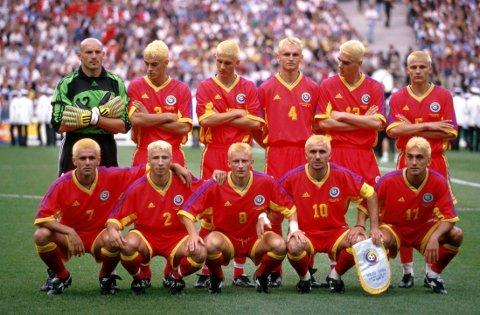HÅRFIN: Det rumenske landslaget i fotball stilte med bleket hår til start under VM i 1998. Hårfrisøren kom visstnok etter et tapt veddemål med landslagssjefen.