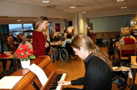 UNDERHOLDNING: Prøysenfest på Myrer bo- og servicesenter, med underholdning av pianist Bjørge Verbaan og skuespiller og sanger Caroline Haddeland-Herding. Foto: Kristin Tufte Haga
