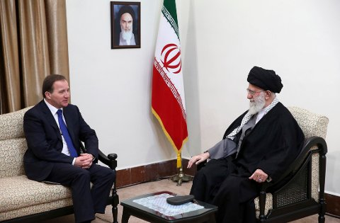 PÅ STATSBESØK: Sveriges statsminister Stefan Löfven (venstre) i samtaler med Irans øverste og åndelige leder, ayatollah Ali Khamenei på lørdag. På veggen henger bildet av det teokratiske Irans revolusjonær, ayatollah Khomeini.