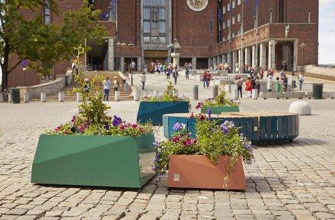 BILFRITT: Etter det ble bilfritt foran rådhuset i Oslo er det satt ut blomsterkasser og utemøbler.