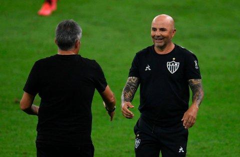 Jorge Sampaoli (t.h) har tatt over som trener for Atletico Mineiro. I første serierunde slo de regjerende seriemester Flamengo og Domenec Torrent.
