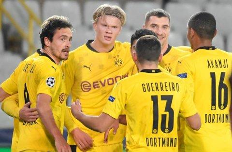 Erling Braut Haaland (nummer to fra venstre) feirer scoringen sin borte mot Club Brugge sammen med lagkameratene, men han har ennå ikke scoret på bortebane i Bundesliga.