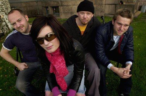 DEBUTANTER: Briskeby i 2000, da gjennombruddsplata «Jeans for Onassis» kom ut. Karlsnes er her med bandkollegaene Bård Helgeland, Claus Larsen og Bjørn Bergene.